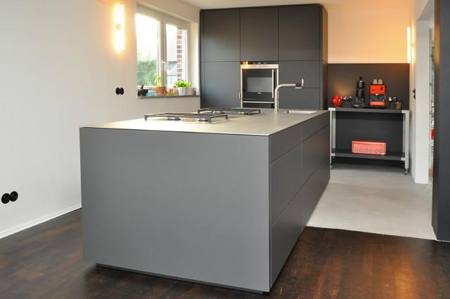 k che nach ma anthrazit grifflos mit edelstahlplatte modern k che essen von klocke. Black Bedroom Furniture Sets. Home Design Ideas