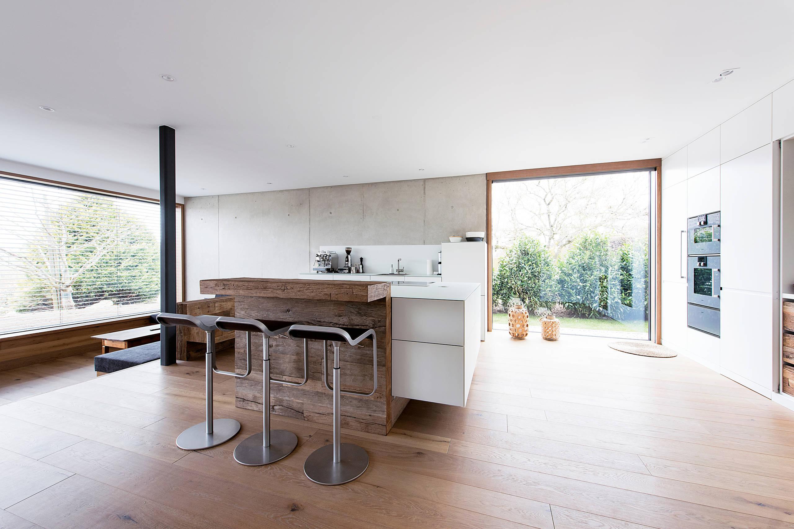Bayrische Küche nach Maß – mit Altholz und cleveren Verstecken