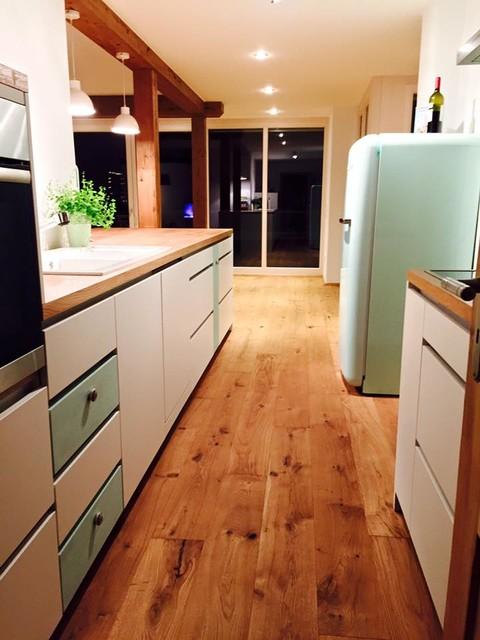 küche weiß matt lackiert mit eiche arbeitsplatte - Modern ...