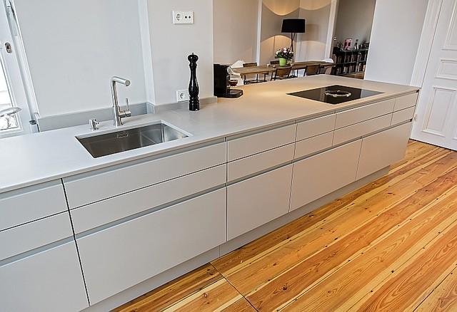 k chenzeile mit kochfeld contemporary kitchen hamburg by tischlerei jaensch. Black Bedroom Furniture Sets. Home Design Ideas