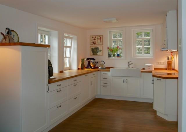 Landhausküche deckend weiß matt lackiert mit Holz ...