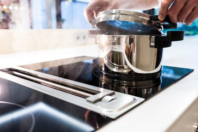 Luxusküche, Kücheninsel nahtlos aus Mineralwerkstoff - Modern ...