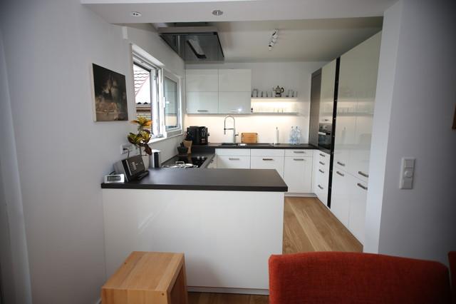 Moderne Dunstabzugshaube in weißer Küche