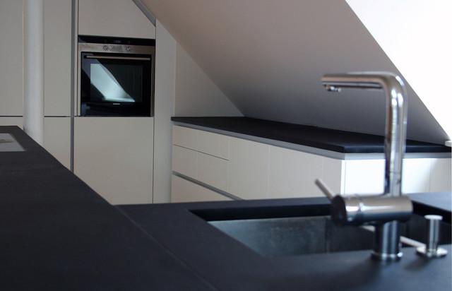Moderne Küche in Dachgeschosswohnung