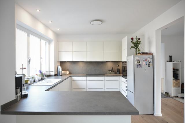 Moderne Küche in zeitlosem Weiß - Modern - Kitchen ...