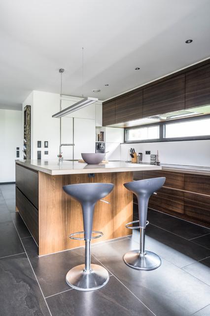 moderne offene wohnk che mit blick ins gr ne modern k che stuttgart von peter langenhahn. Black Bedroom Furniture Sets. Home Design Ideas