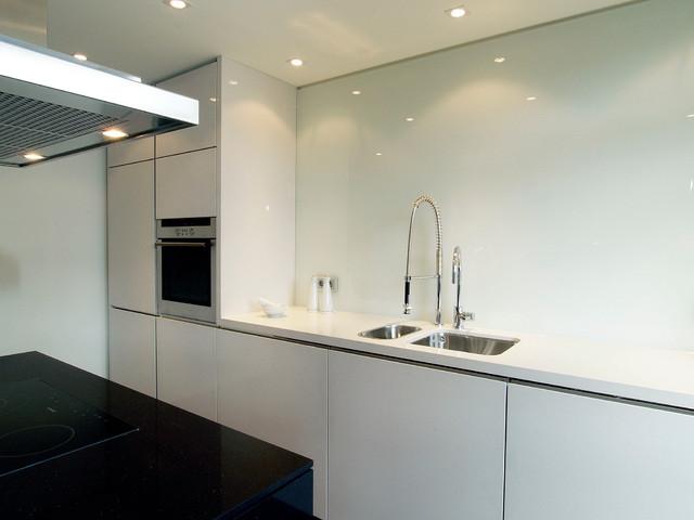 Offene schwarz weiße küche mit kücheninsel / open plan black and ...