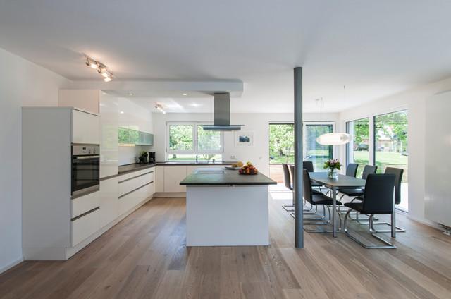 Offener moderner Koch-Essbereich mit Küchenblock - Modern ...