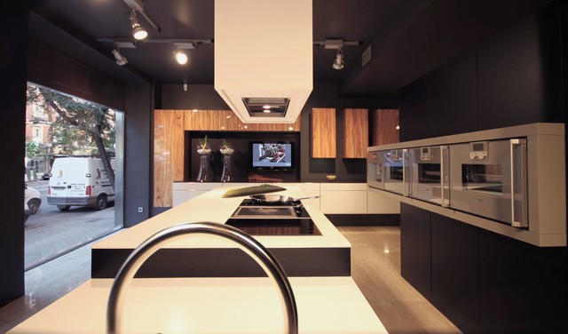 showroom zelari de nuzzi espa a modern kitchen stuttgart by leicht k chen ag. Black Bedroom Furniture Sets. Home Design Ideas