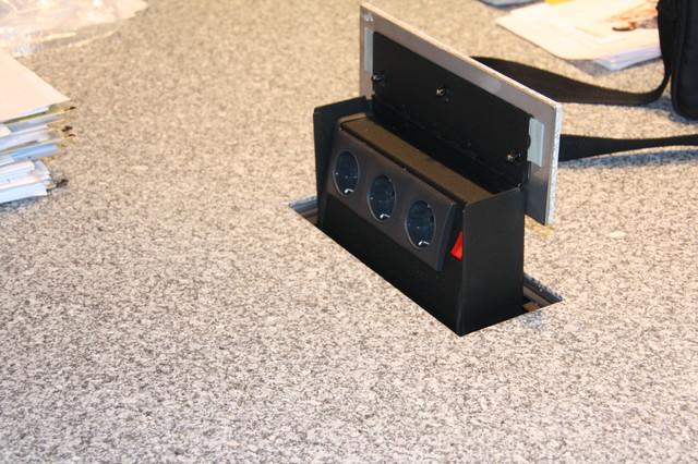 Steckdosen in der Arbeitsinsel - Modern - Küche - Essen ...