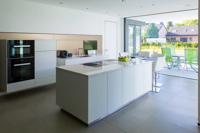 zweizeilige küchen mit metallicfarbener küchenrückwand ideen & bilder - Küche Zweizeilig