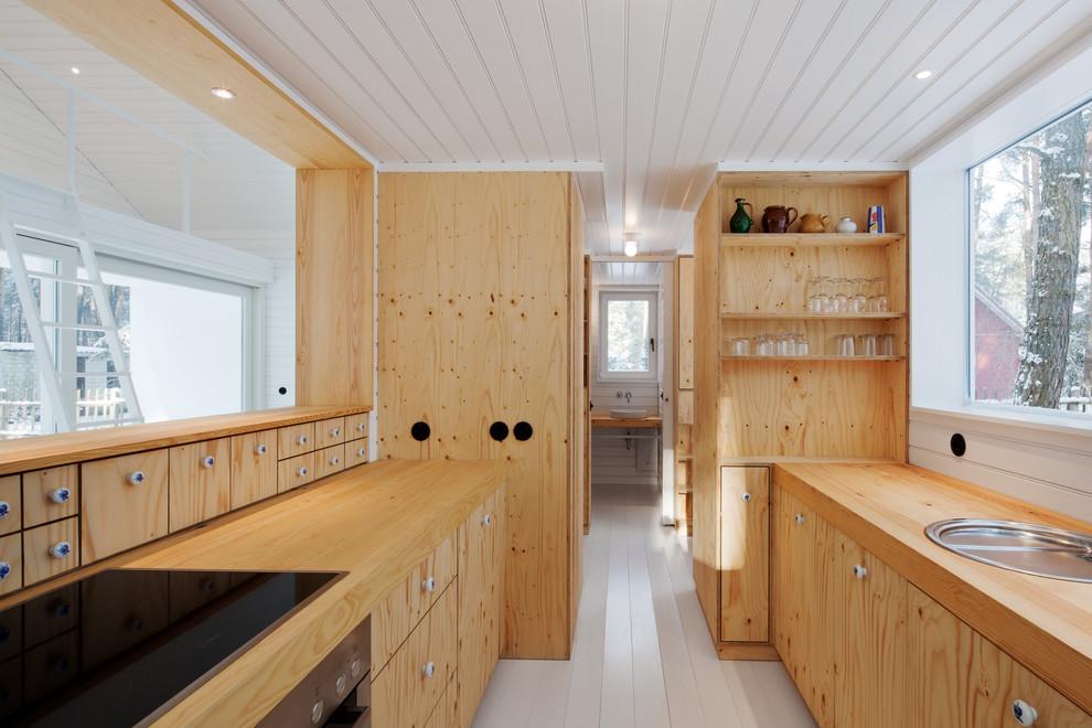 Exemple d'une petite cuisine ouverte parallèle scandinave avec un placard à porte plane, des portes de placard en bois clair, un plan de travail en bois, un sol en bois peint, un évier posé, un électroménager encastrable et aucun îlot.