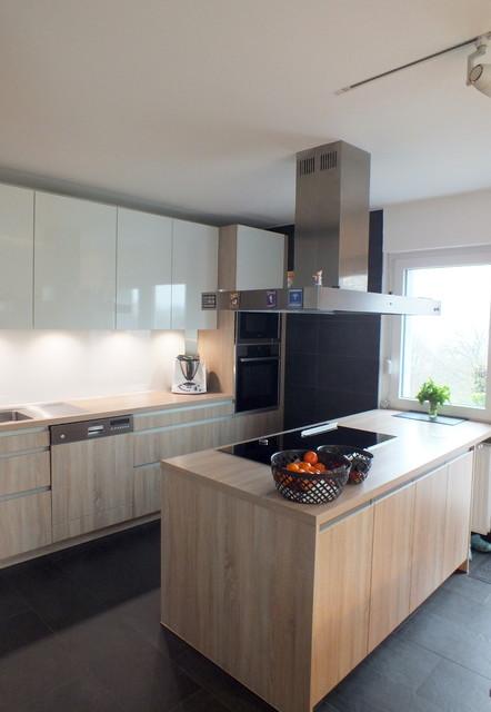Weiße Hochglanz Küche mit Eichenschränken kombiniert ...