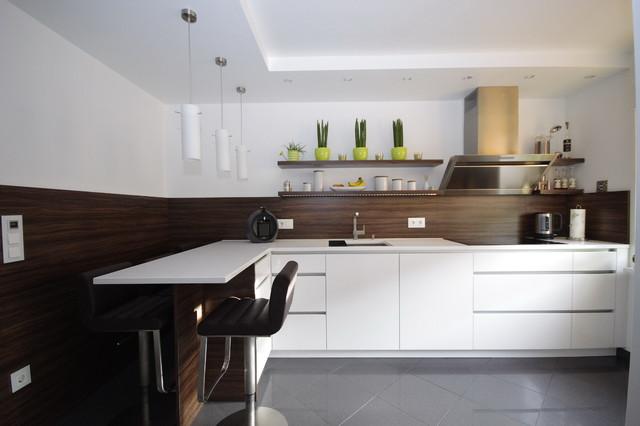 Weiße Hochglanz-Küche mit Kochinsel - Modern - Küche ...