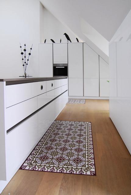 Weiße Küche Mit Angepassten Schränken Contemporary Kitchen