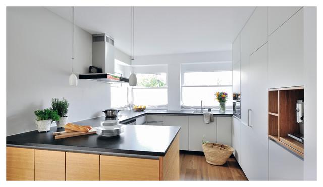 Weiße Küche mit dunkler Arbeitsplatte - Modern - Küche ...
