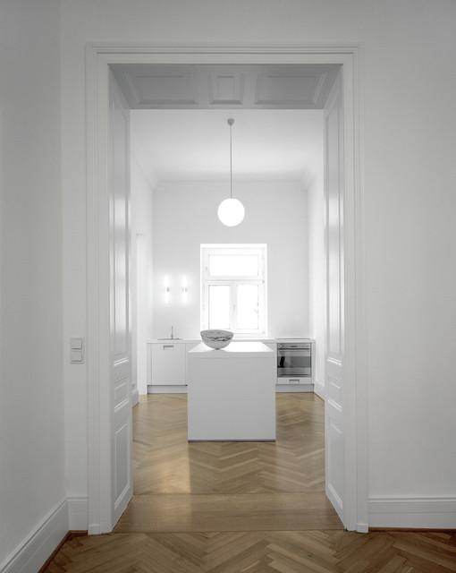 Weiße Küche mit Fischgräten-Parkett - Modern - Küche ...