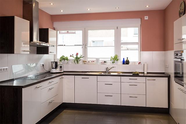 Weisse Kuche Mit Indisch Roter Wandfarbe Contemporary Kitchen Essen By Farbenmuhle Mcdrent Gmbh Co Kg Houzz Uk