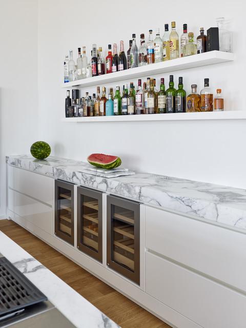 Weiße Küche mit integriertem Weinkühlschrank ...