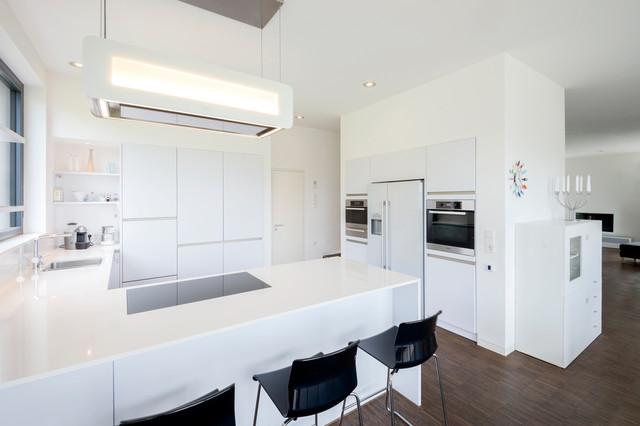 Weiße küche mit verstellbarer dunstabzugshaube contemporary
