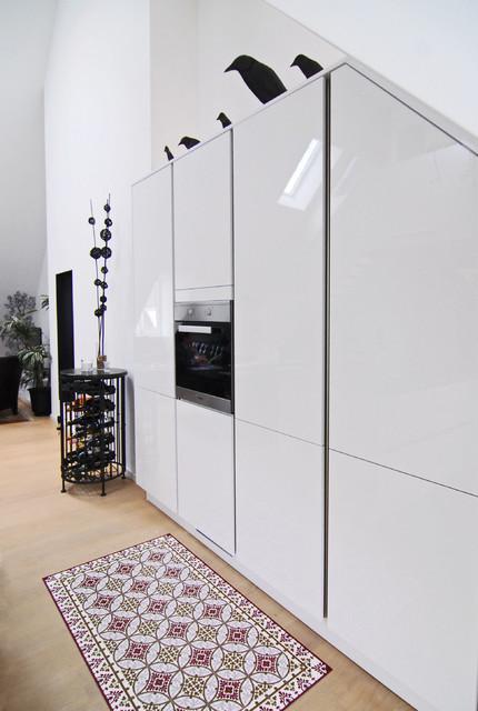 Küchenschrank modern  Weiße Küchenschränke in Dachschräge - Modern - Küche - München - von ...