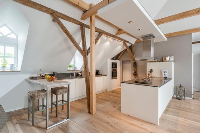 weiße moderne Küche Dachboden - Scandinave - Cuisine - Autres ...
