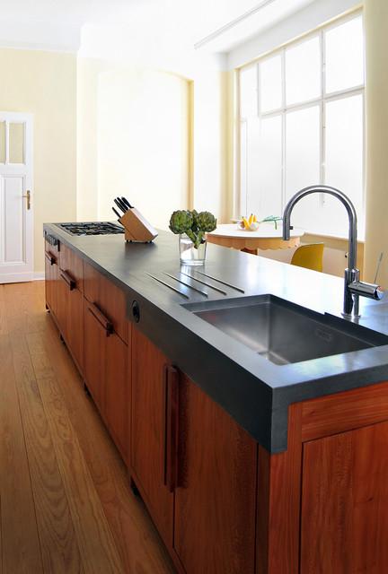 wohnk che im berliner zimmer aus platane und beton. Black Bedroom Furniture Sets. Home Design Ideas