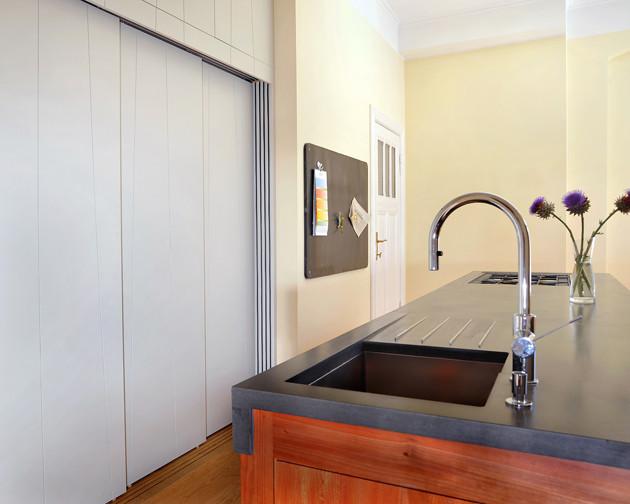 wohnk che im berliner zimmer aus platane und beton arbeitsplatte klassisch modern k che. Black Bedroom Furniture Sets. Home Design Ideas