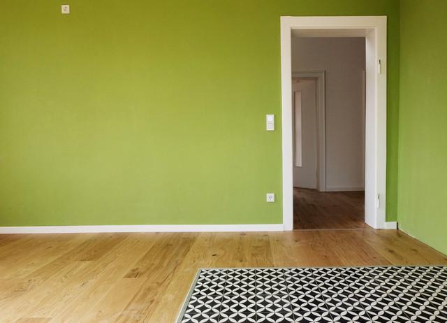 Wohnküche mit Holzboden und Zementfliesen im Kochbereich ...