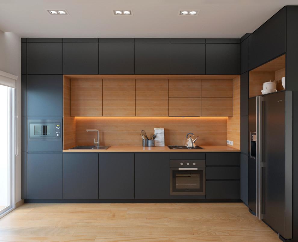 他の地域の中くらいのコンテンポラリースタイルのおしゃれなキッチン (木材カウンター、木材のキッチンパネル、淡色無垢フローリング、アイランドなし、ドロップインシンク、フラットパネル扉のキャビネット、グレーのキャビネット、オレンジのキッチンパネル、シルバーの調理設備) の写真