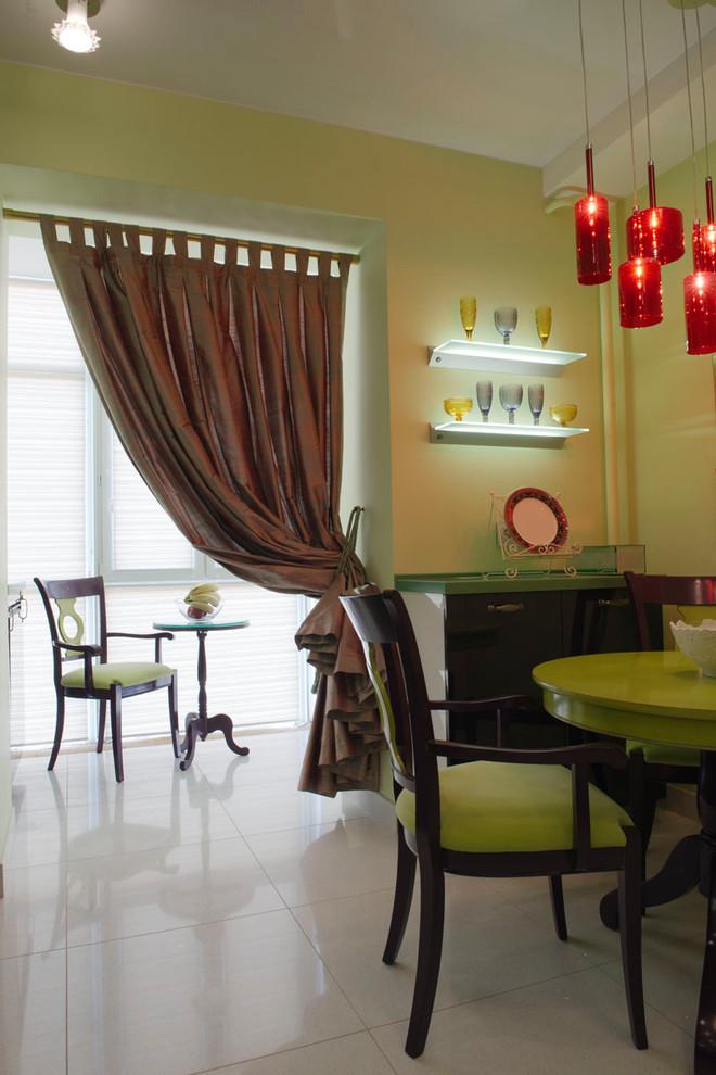 Идея дизайна: отдельная кухня среднего размера в стиле фьюжн с полом из керамогранита