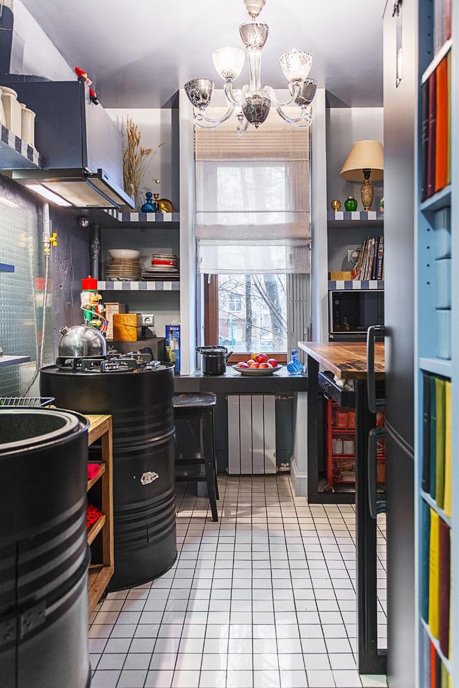 Diseño de cocina estrecha, industrial, con fregadero encastrado