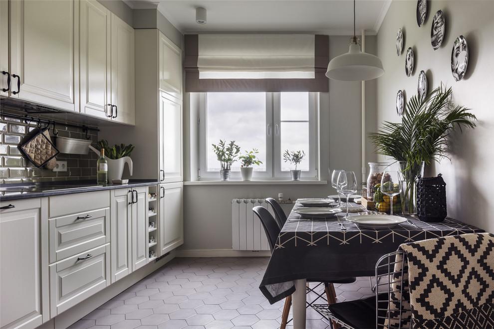 Пример оригинального дизайна: отдельная кухня в стиле современная классика с фасадами с выступающей филенкой, белыми фасадами, серым полом и фартуком из плитки кабанчик без острова