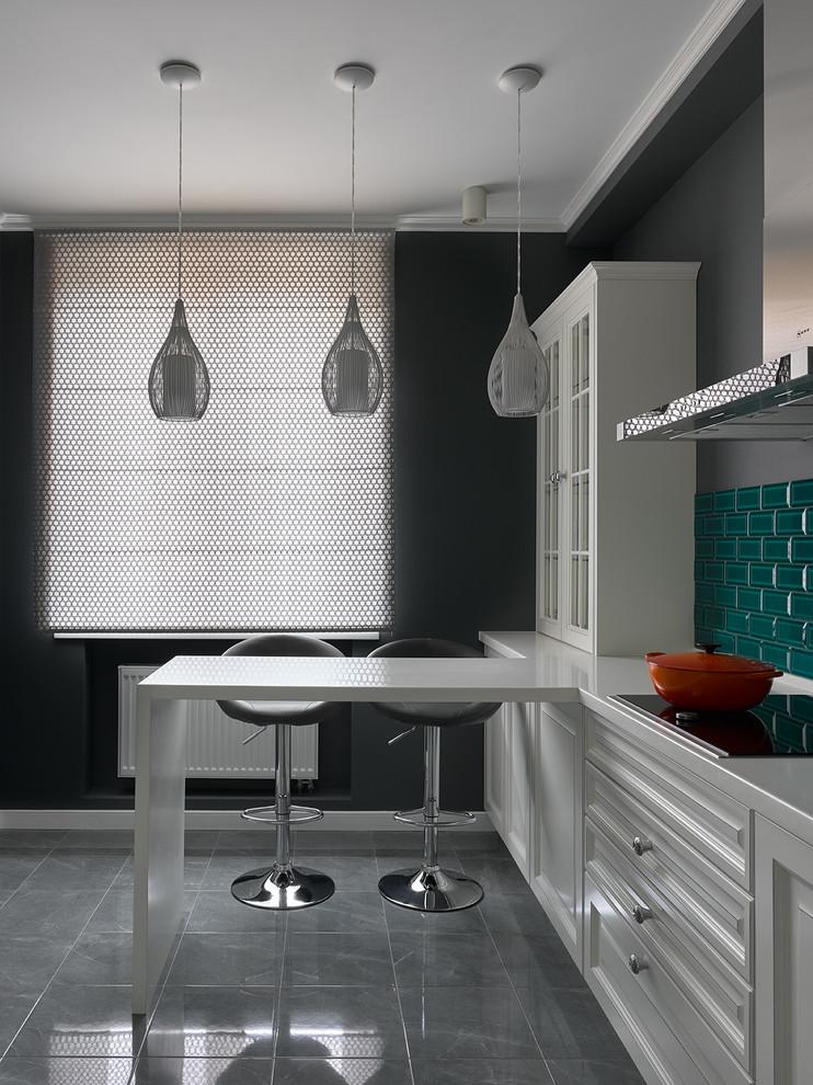 Réalisation d'une cuisine design avec des portes de placard blanches.