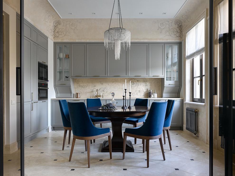 Идея дизайна: отдельная, угловая кухня в стиле современная классика с фасадами с утопленной филенкой, серыми фасадами, бежевым фартуком, черной техникой, полом из травертина, бежевым полом и бежевой столешницей без острова