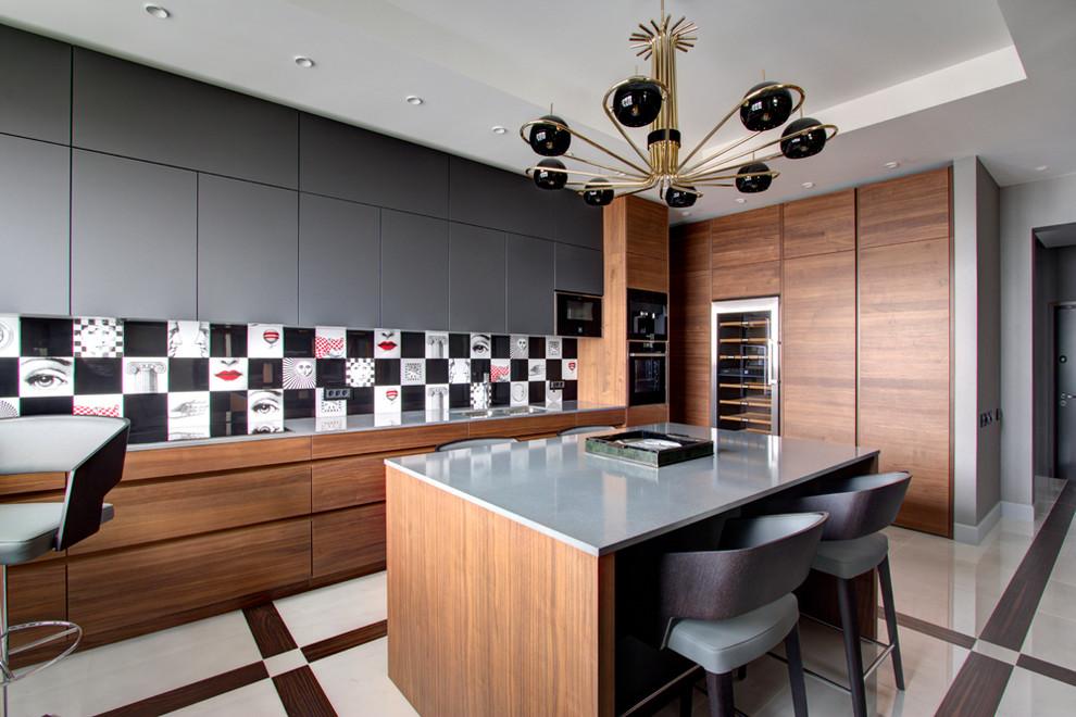 Идея дизайна: кухня в современном стиле с врезной раковиной, плоскими фасадами, серыми фасадами, разноцветным фартуком, техникой под мебельный фасад, островом, разноцветным полом и серой столешницей