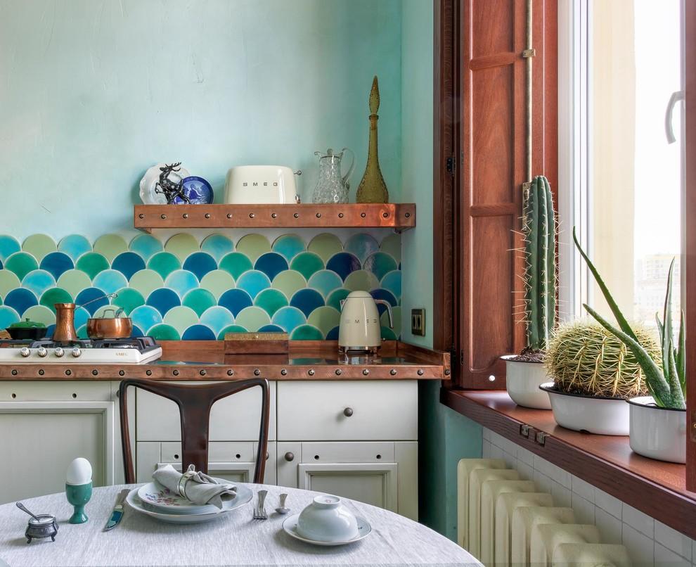 Пример оригинального дизайна: маленькая прямая кухня в стиле фьюжн с обеденным столом, одинарной раковиной, фасадами с утопленной филенкой, белыми фасадами, столешницей из меди, разноцветным фартуком, фартуком из керамической плитки, белой техникой, полом из керамической плитки, разноцветным полом и оранжевой столешницей