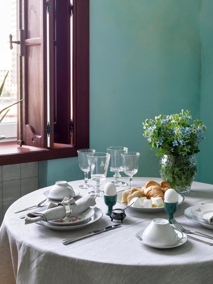Источник вдохновения для домашнего уюта: маленькая прямая кухня в стиле фьюжн с обеденным столом, одинарной раковиной, фасадами с утопленной филенкой, белыми фасадами, столешницей из меди, разноцветным фартуком, фартуком из керамической плитки, белой техникой, полом из керамической плитки, разноцветным полом и оранжевой столешницей