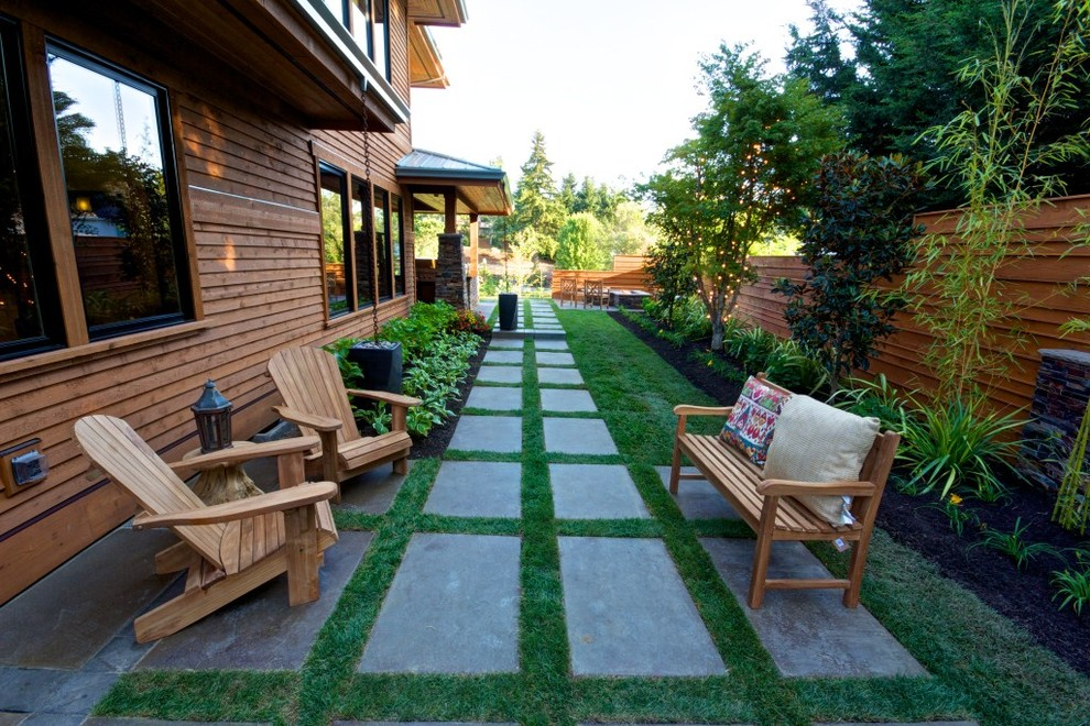 Inspiration for a mid-sized contemporary backyard landscaping in Portland.