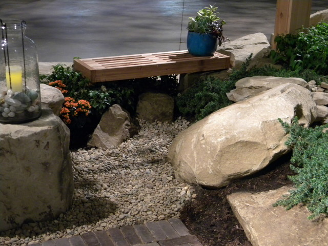 Inspiration for a traditional landscaping in Cleveland.