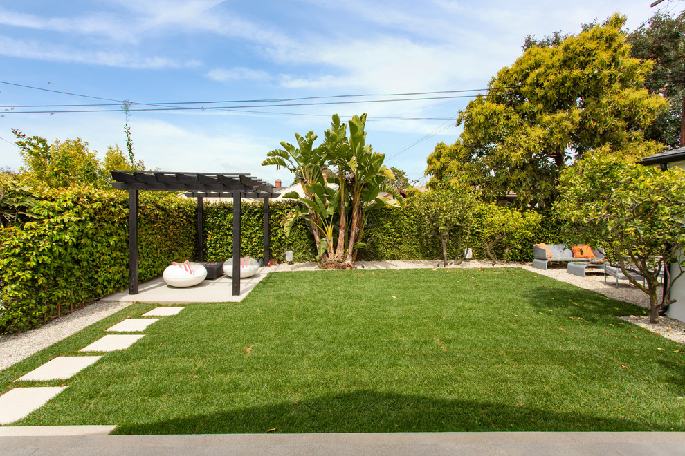 Inspiration for a transitional landscaping in Los Angeles.