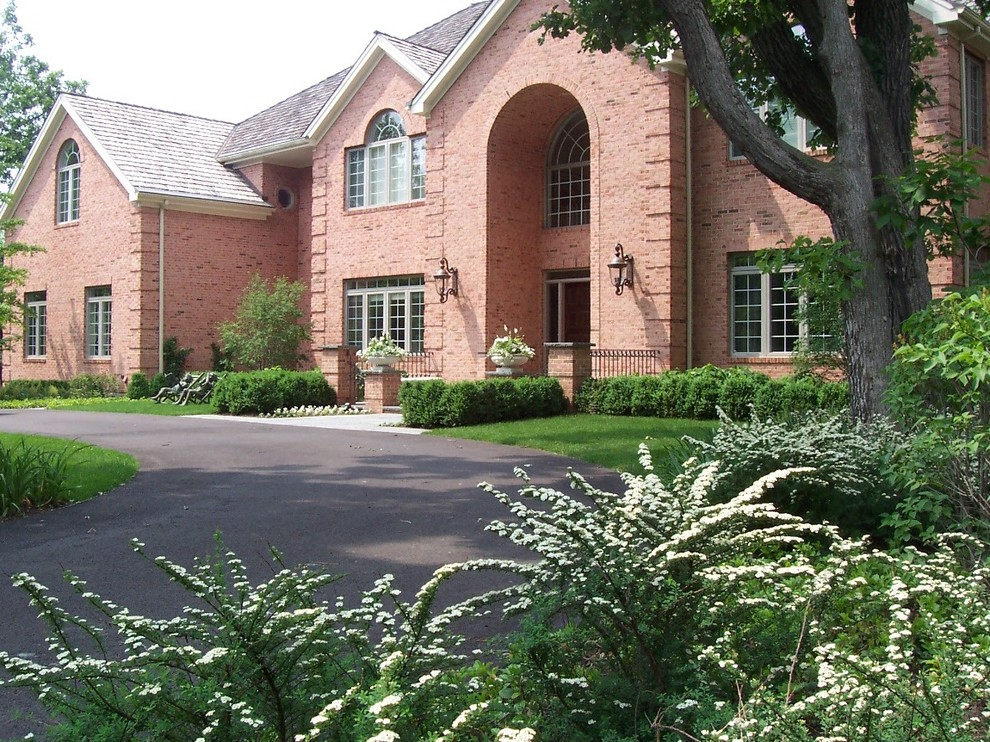 Design ideas for a mid-sized traditional full sun front yard driveway in Chicago for spring.