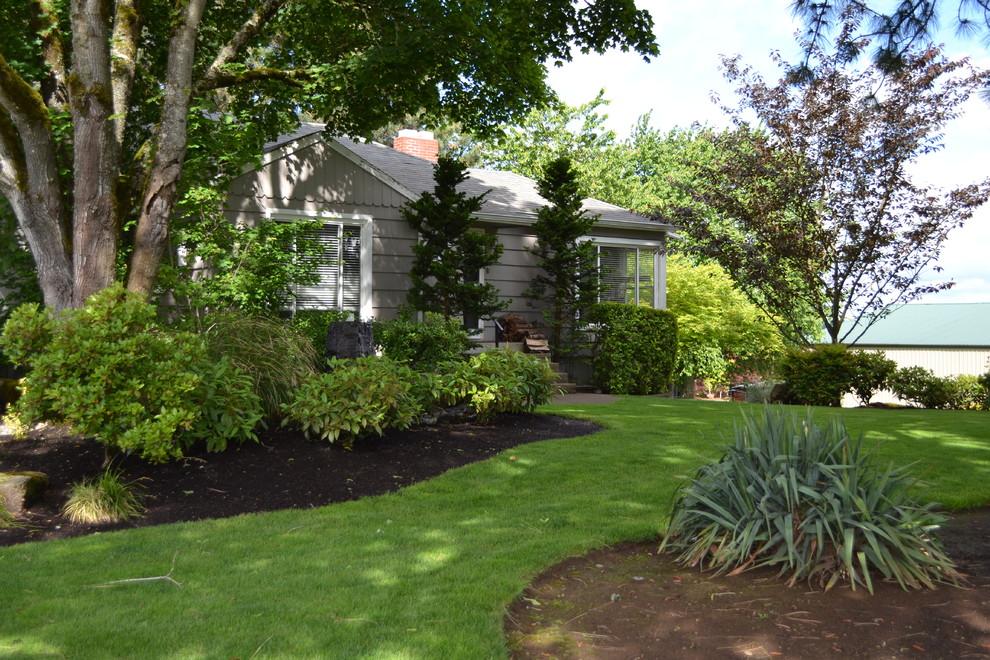 Design ideas for a contemporary backyard landscaping in Portland.