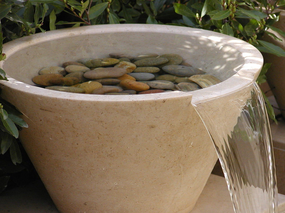Inspiration for a contemporary water fountain landscape in Los Angeles.