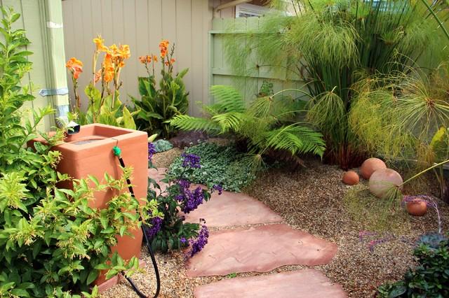 Idéer för att renovera en mellanstor medelhavsstil bakgård i delvis sol, med en fontän och naturstensplattor
