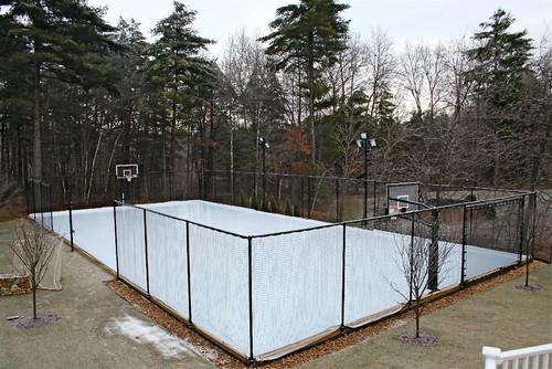 Surface de sport transformée en patinoire pour jouer au hockey l'hiver