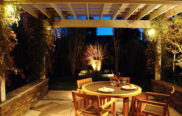 Backyard organized with low walls. contemporary-landscape