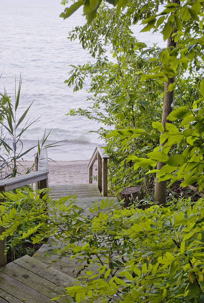 This is an example of a coastal hillside landscaping in Chicago with decking.
