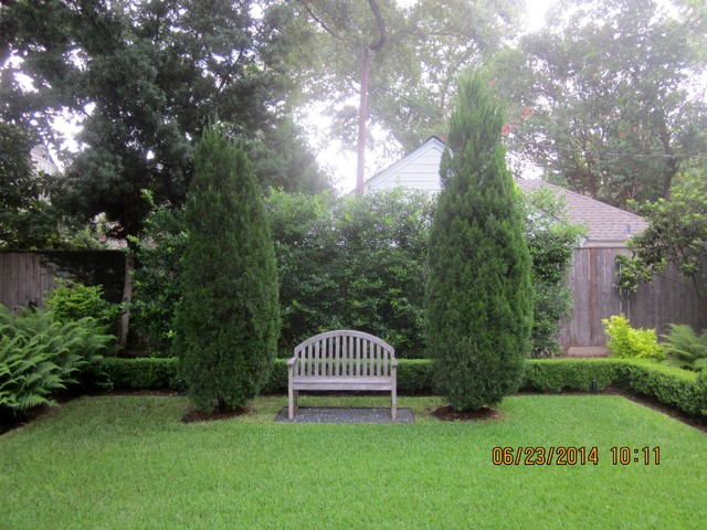 Photo of a traditional landscaping in Houston.