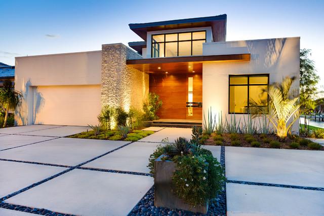 Mittelgroßer Moderner Vorgarten Im Winter Mit Auffahrt, Direkter  Sonneneinstrahlung Und Betonplatten In Tampa